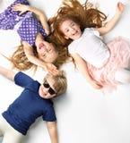 Portret rodzeństwa kłama na białym tle zdjęcie royalty free