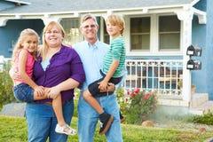 Portret rodzina Na zewnątrz Podmiejskiego domu zdjęcia stock