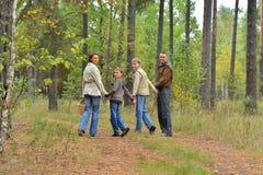 Portret rodzina sk?adaj?ca si? z czterech os?b w parku zdjęcie royalty free