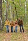 Portret rodzina sk?adaj?ca si? z czterech os?b w parku obrazy stock