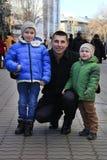 Portret rodzinne fotografie przeciw miasto ulicom obrazy stock
