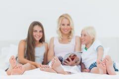 Portret rodzinny czytanie magazyn Obrazy Royalty Free