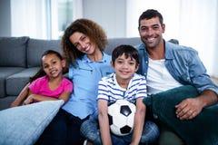 Portret rodzinny dopatrywania dopasowanie wpólnie na telewizi Obrazy Royalty Free