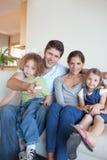 Portret rodzinny dopatrywanie TV wpólnie obrazy royalty free