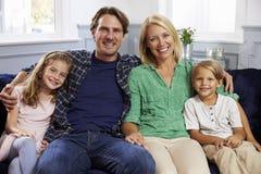 Portret Rodzinny obsiadanie Na kanapie Wpólnie Fotografia Royalty Free