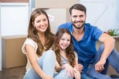 Portret rodzinny obsiadanie na podłoga Fotografia Royalty Free