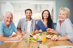 Portret rodzinny obsiadanie przy łomotać stół Obraz Stock