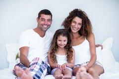 Portret rodzinny obsiadanie wpólnie na łóżku Zdjęcie Royalty Free