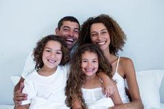 Portret rodzinny obsiadanie wpólnie na łóżku Obrazy Royalty Free