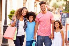 Portret Rodzinny odprowadzenie Wzdłuż ulicy Z torba na zakupy Obraz Royalty Free