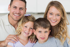 Portret rodzinny ono uśmiecha się wpólnie Zdjęcia Stock