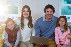 Portret rodzinny używa laptop Fotografia Royalty Free