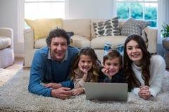 Portret rodzinny używa laptop Zdjęcia Stock