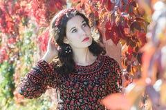 Portret rojenie jesieni dziewczyna z jesienią Fotografia Stock