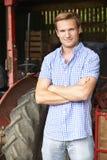 Portret rolnik Z Staromodnym ciągnikiem fotografia stock