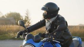 Portret rowerzysta na motocycle spojrzeniach przy kamerą 4K zbiory wideo