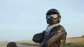 Portret rowerzysta w hełmie na nowożytnym motobike 4K zbiory wideo