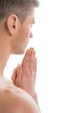 Portret rozbierający się dysponowany mężczyzna modlenie. Fotografia Royalty Free