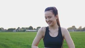 Portret roześmiana atrakcyjna młoda kobieta po ćwiczenia outdoors zbiory wideo