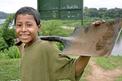 Portret roześmiana Indiańska chłopiec z rydlem, Nikaragua Zdjęcie Royalty Free