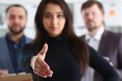Portret rozochoceni młodzi biznesmeni w biurowej kobiecie pożycza rękę obrazy stock