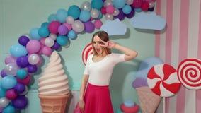 Portret rozochocona dancingowa dziewczyna w studiu zdjęcie wideo