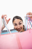 Portret rozochocona kobieta pokazywać torba na zakupy Fotografia Stock