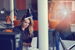 Portret rozochocona pracodawca cieszy się kreatywnie działanie proces w nowożytnym biurze indoors biznesowy przedsięwzięcie zdjęcia stock