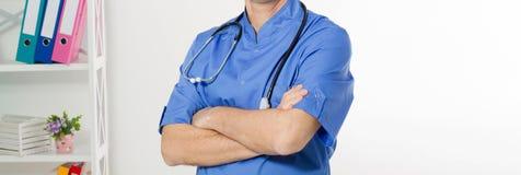 Portret rozochocona szcz??liwa samiec lekarka w szpitalu z krzy?owa? r?kami Chirurg z stetoskopem na bia?ym tle medyczny fotografia royalty free