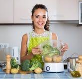 Portret rozochoconej dziewczyny parujący warzywa Obrazy Stock
