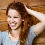 Portret rozochocony ładny rudzielec śmiać się Obraz Stock