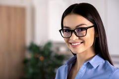 Portret rozochocony bizneswomanu ono uśmiecha się obraz stock