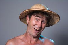 Portret rozochocony mężczyzna z nagą półpostacią na szarym tle Fotografia Royalty Free