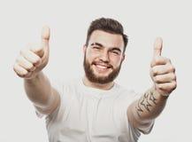 Portret rozochocony młody brodaty mężczyzna seansu ok gest odizolowywający na białym tle zdjęcie stock