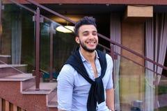 Portret rozochocony młody męski muzułmanin Mężczyzna uśmiecha się a i pozuje Zdjęcie Stock