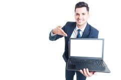 Portret rozochocony męski kierownictwo przedstawia laptop Obrazy Royalty Free