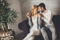 Portret rozochocony pary obsiadanie w kanapie w domu fotografia stock