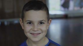 Portret rozochocony przystojny męski dzieciak patrzeje kamerę zdjęcie wideo