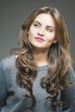 Portret Rozważna brunetki kobiety pozycja Z uśmiechem obrazy royalty free
