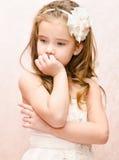 Portret rozważna urocza mała dziewczynka w princess sukni fotografia stock