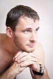 Portret rozważny atrakcyjny mężczyzna zakończenie up obrazy royalty free