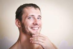 Portret rozważny atrakcyjny mężczyzna zakończenie up zdjęcie stock