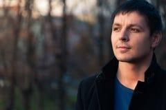 Portret rozważny mężczyzna odprowadzenie w jesień parku Obrazy Royalty Free