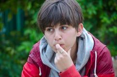 Portret rozważny młodej dziewczyny gryzienie fotografia stock