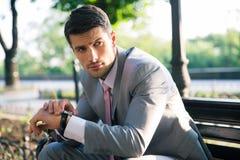 Portret rozważny biznesmen outdoors Zdjęcia Royalty Free