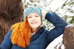 Portret rudzielec ładna dziewczyna jest ubranym niebieską marynarkę w zimie zdjęcia stock