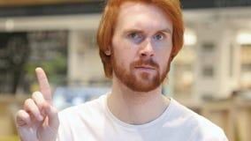 Portret rudzielec brody mężczyzna falowania palec odmawiać, nie zdjęcia stock
