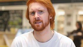 Portret rudzielec brody mężczyzna Gestykuluje niepowodzenia i problemów, Salowy zdjęcie stock