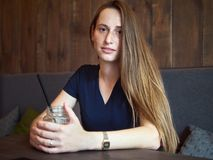 Portret rudzielec młoda szczęśliwa piękna kobieta pije kawę w kawiarni przy kawową przerwą z piegami zdjęcia royalty free