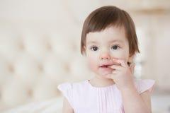 Portret słodka dziewczyna w domu troszkę, zakończenie Fotografia Royalty Free